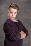 Adolescente con los brazos cruzados Fotos de archivo libres de regalías