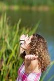 Adolescente con los brazos extendidos en el parque Fotografía de archivo