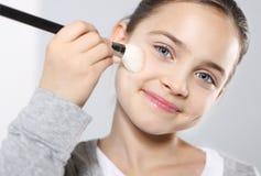 Adolescente con los cepillos para el maquillaje Imagen de archivo libre de regalías