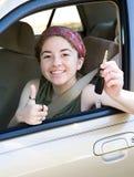 Adolescente con los claves Thumbsup Imagenes de archivo