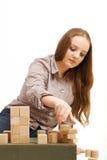 Adolescente con los cubos de madera Imagenes de archivo