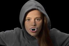Adolescente con los dientes del vampiro Foto de archivo