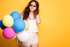 Adolescente con los globos coloridos, tiro del estudio Fotografía de archivo
