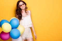 Adolescente con los globos coloridos, tiro del estudio Imagen de archivo libre de regalías