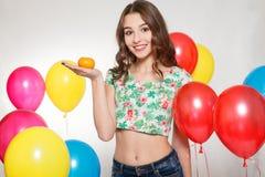 Adolescente con los globos del helio sobre fondo gris Fotografía de archivo