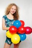Adolescente con los globos del helio sobre fondo gris Imagen de archivo libre de regalías
