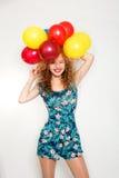 Adolescente con los globos del helio sobre fondo gris Imágenes de archivo libres de regalías