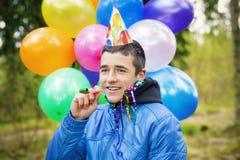Adolescente con los globos en fiesta de cumpleaños Imágenes de archivo libres de regalías