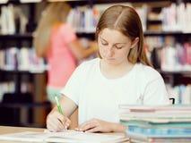 Adolescente con los libros Foto de archivo