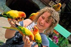 Adolescente con los loros Foto de archivo libre de regalías