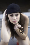Adolescente con los nudillos de cobre amarillo Imagen de archivo libre de regalías