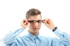 Adolescente con los nuevos vidrios en los ojos aislados en el fondo blanco Fotografía de archivo