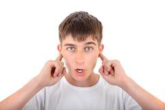 Adolescente con los oídos cerrados Imagen de archivo libre de regalías