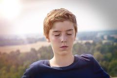 Adolescente con los ojos cerrados Fotos de archivo