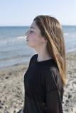 Adolescente con los ojos cerrados en la playa Fotografía de archivo