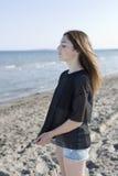 Adolescente con los ojos cerrados en la playa Fotografía de archivo libre de regalías