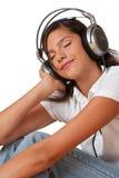 Adolescente con los ojos cerrados que escucha la música Fotos de archivo libres de regalías