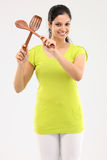 adolescente con los palillos de madera usados en cocina Imagen de archivo libre de regalías