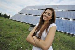 Adolescente con los paneles solares Foto de archivo libre de regalías