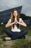 Adolescente con los paneles solares Imagen de archivo