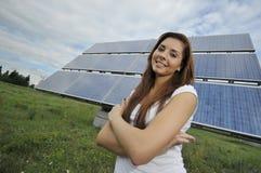 Adolescente con los paneles solares Foto de archivo