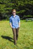 Adolescente con los paseos de las gafas de sol Fotos de archivo