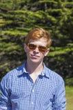 Adolescente con los paseos de las gafas de sol Fotografía de archivo