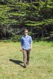 Adolescente con los paseos de las gafas de sol Foto de archivo libre de regalías