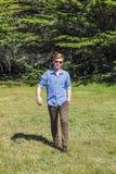 Adolescente con los paseos de las gafas de sol Imagenes de archivo