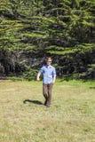 Adolescente con los paseos de las gafas de sol Foto de archivo