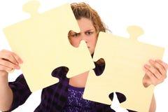 Adolescente con los pedazos en blanco del rompecabezas Fotos de archivo