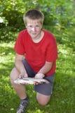 Adolescente con los pescados cogidos Fotografía de archivo