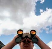 Adolescente con los prismáticos Fotografía de archivo