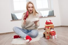 Adolescente con los regalos de Navidad Imagen de archivo
