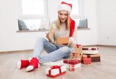 Adolescente con los regalos de Navidad Imagen de archivo libre de regalías