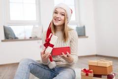 Adolescente con los regalos de Navidad Fotografía de archivo libre de regalías