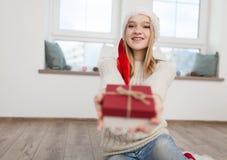 Adolescente con los regalos de Navidad Imagenes de archivo