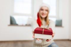 Adolescente con los regalos de Navidad Foto de archivo libre de regalías