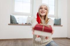 Adolescente con los regalos de Navidad Fotos de archivo