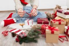 Adolescente con los regalos de Navidad Foto de archivo