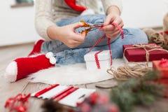 Adolescente con los regalos de Navidad Fotos de archivo libres de regalías