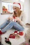 Adolescente con los regalos de Navidad Imágenes de archivo libres de regalías