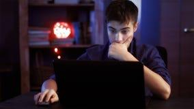 Adolescente con los trabajos del ordenador portátil Fotografía de archivo