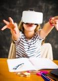 Adolescente con los vidrios de la realidad virtual Imágenes de archivo libres de regalías