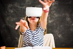 Adolescente con los vidrios de la realidad virtual Fotografía de archivo