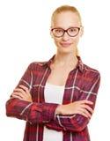 Adolescente con los vidrios y sus brazos cruzados Fotografía de archivo libre de regalías