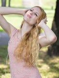 Adolescente con música que escucha de los auriculares Foto de archivo libre de regalías