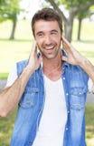 Adolescente con música que escucha de los auriculares Fotos de archivo libres de regalías