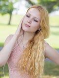 Adolescente con música que escucha de los auriculares Imagenes de archivo
