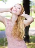 Adolescente con música que escucha de los auriculares Fotografía de archivo